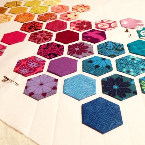 http://modernhandcraft.com/2013/11/hexagon-mini-quilt-tutorial/